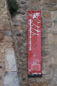 El rètol de la muralla a l'accés del Passeig Arqueològic