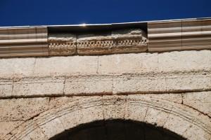Detall del coronament de l'Arc de Berà