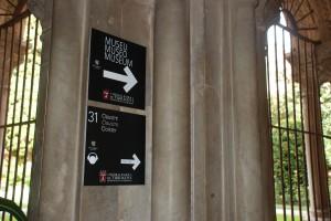 Dos rètols enganxats directament sobre l'obra románica del claustre