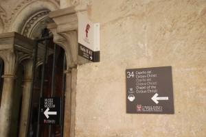 Tres dels cinc rètols que hi ha a l'accés de la capella del Corpus