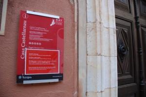 La porta tancada de Casa Castellarnau el diumenge al matí